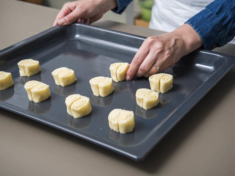 将烤箱预热至200℃。将面皮切成0.5厘米厚的片状,摆到烤盘中,每块之间留出空隙。以200℃烤10-15分钟,或烤至两面都充分焦糖化,中途需翻面。在快烤好的时候,要仔细观察,免得糖烧糊了。放到冷却架上,彻底放凉后享用。祝好胃口!