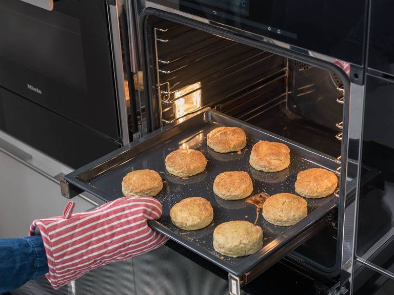 将司康饼从烤箱中取出,放凉25分钟。然后佐以黄油或奶油奶酪和自制黑醋栗果酱享用,祝好胃口!