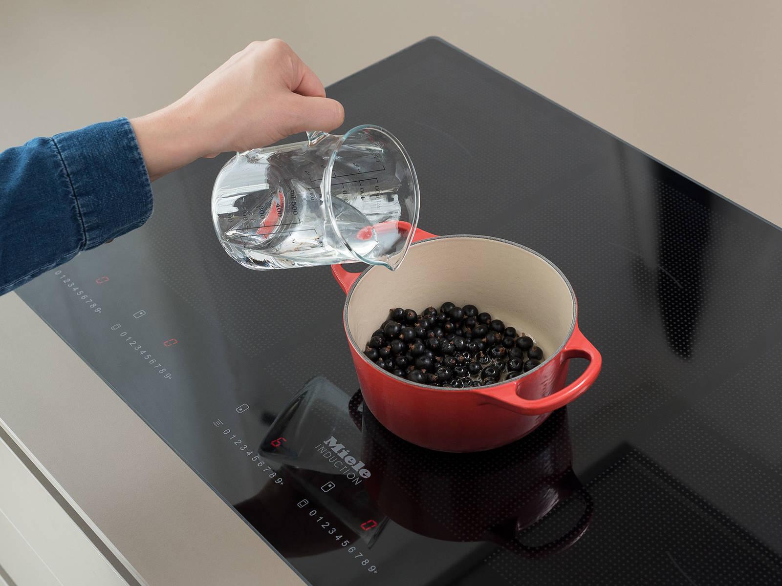 将烤箱预热至200℃。清洗黑醋栗,放到平底锅中,倒入水和蜂蜜,中高火加热。文火煮5分钟,然后关火取下,加入粗粒芥末。倒入一个碗中,置于一旁。