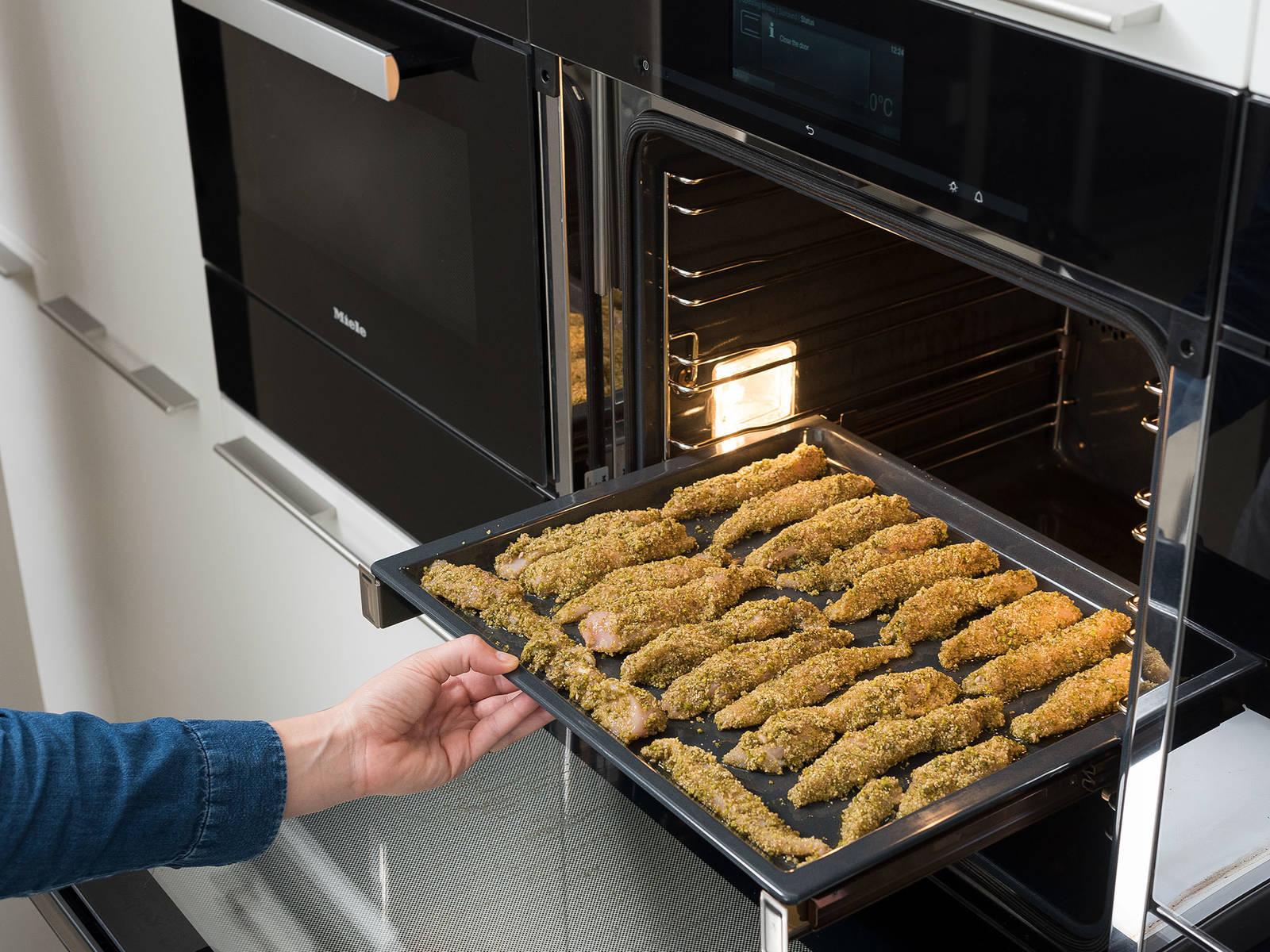 将鸡胸肉放到烤盘中,淋上橄榄油。放入烤箱,以200℃烤20分钟,或直至鸡肉变成金棕色,且完全烤熟。佐以黑醋栗酱享用吧!