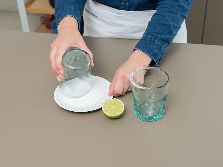 把盐放到平盘中。青柠切半,用其切面沿着玻璃杯的杯缘抹一圈。将抹好的杯缘沾上盐。