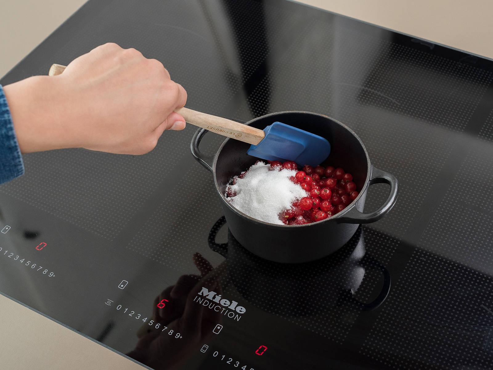 Für den Johannisbeersirup die Limette auspressen und den Saft in einen kleinen Topf geben. Johannisbeeren waschen und zum Topf geben. Wasser und Zucker dazugeben und zum Kochen bringen. Bei kleiner Hitze ca. 5 Min. köcheln lassen. Den Sirup durch ein Sieb in ein sauberes Gefäß gießen und abkühlen lassen.