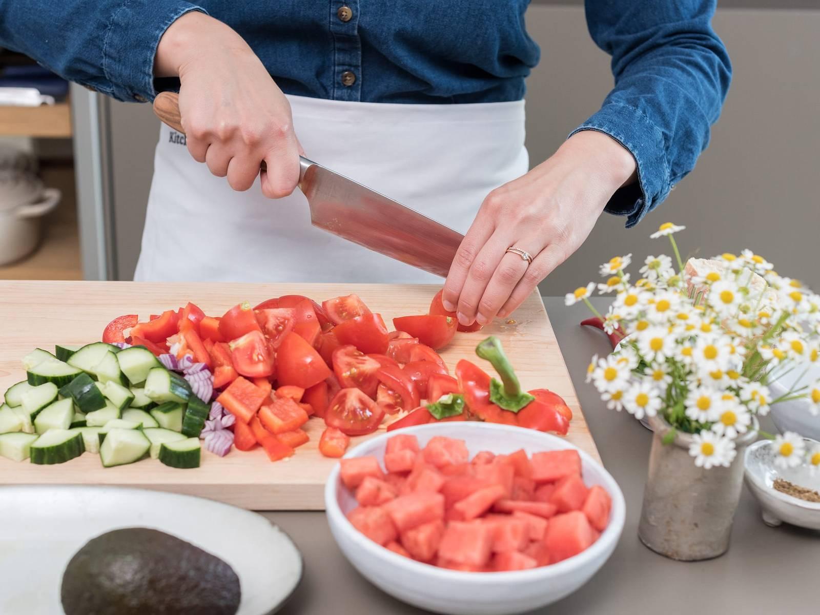 将烤箱预热至175℃。将番茄、灯笼椒、洋葱和黄瓜切丁。如果喜欢,可先将辣椒籽去除后再剁成末。西瓜去皮切丁。