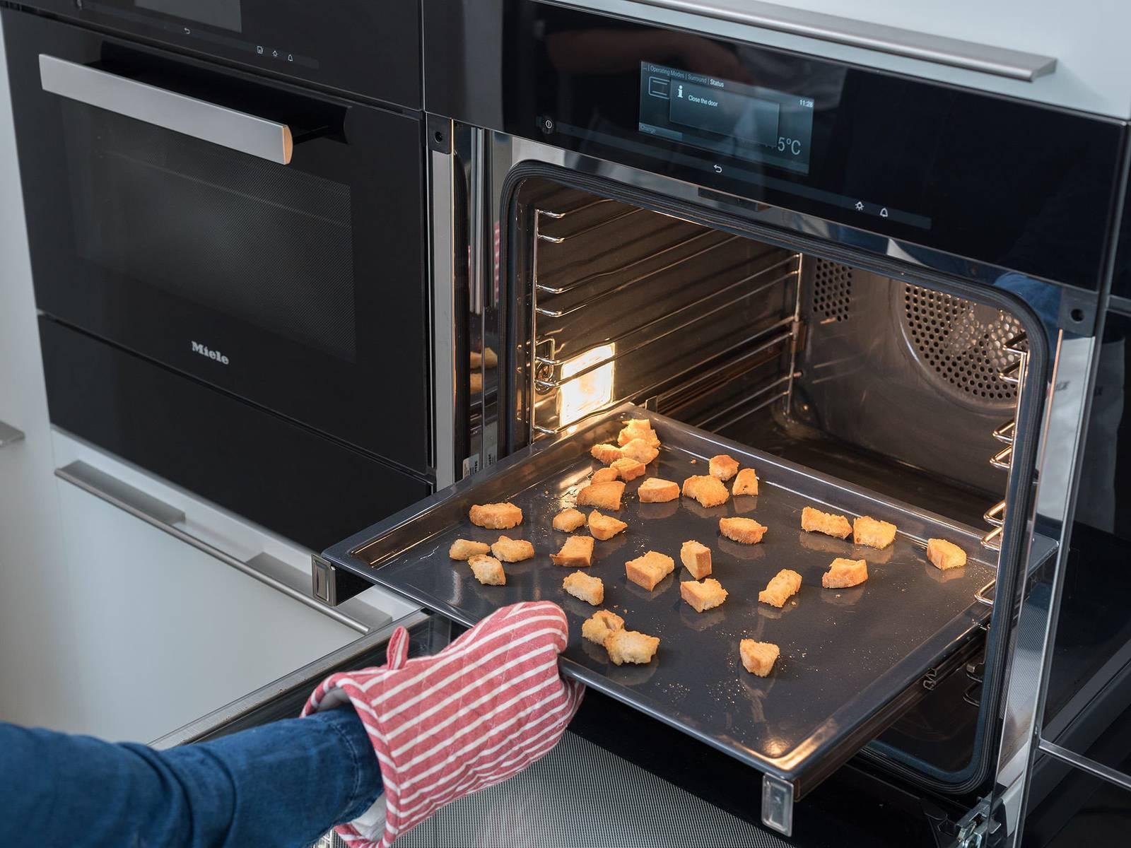 将面包丁放到烤盘中,以175℃烤20分钟,直至面包丁焦脆且稍微呈棕色。与此同时,将牛油果切片,大略剁碎香菜和薄荷。将凉菜汤倒入小碗中,饰以牛油果、草本和面包丁。撒盐与胡椒调味。尽情享用吧!