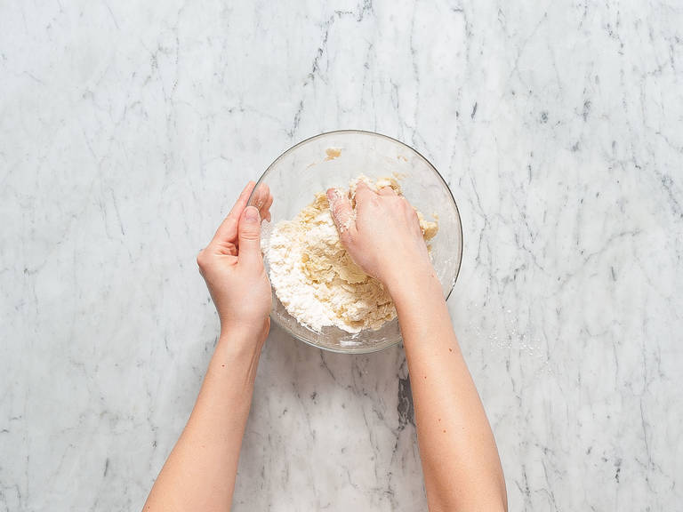 将面粉和黄油放到碗中,搅拌至形成大面团块。放入糖、盐和柠檬皮碎,搅拌混合。放入鸡蛋,继续搅拌至形成柔软面团。用塑料膜将面团裹起来,冷藏60分钟。