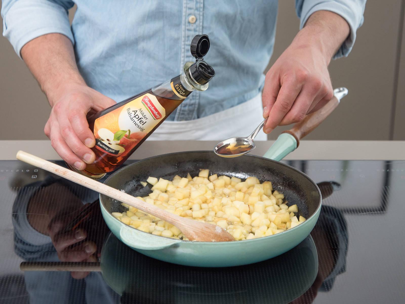 将苹果削皮、去核并切丁。将黄油放入煎锅,中火加热融化,煎苹果5-7分钟。放入糖、肉桂和苹果醋,翻搅裹好。调至小火,继续煮10-15分钟,直至苹果裹好焦糖,变成金棕色。