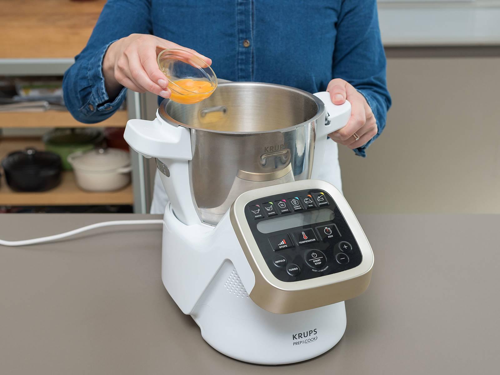 将冷黄油切丁。将面粉、冷黄油、蛋黄和一撮盐放到一起,加点冷水,搅打至形成柔软面团。如果面团看起来有点干,可加入更多冷水,一次一点点,直至面团成型。用塑料膜裹住,冷藏30分钟。