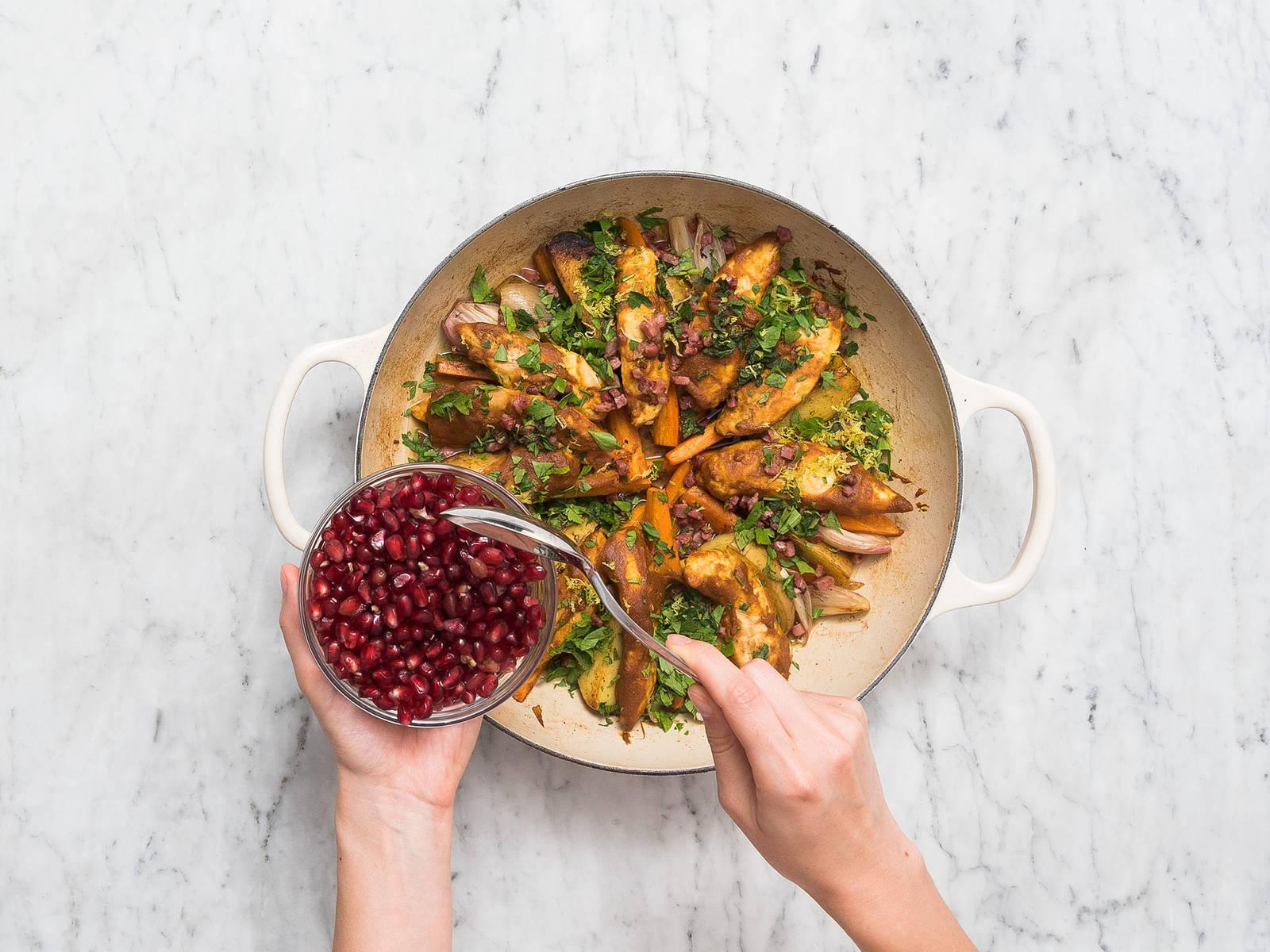 将腌好的鸡肉放到锅里的蔬菜旁边。倒入鸡肉高汤,然后连锅一起放入烤箱中,以200℃烤15分钟。佐以煎好的培根丁、薄荷、欧芹、柠檬皮碎和石榴籽,尽情享用吧!