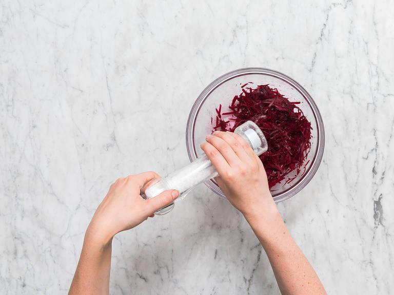 Backofen auf 220°C vorheizen. Rote Bete Julienne schneiden und in eine Rührschüssel geben. Mit Salz abschmecken und bis zum Servieren ziehen lassen.