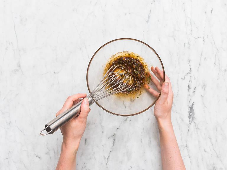 Knoblauch schälen und hacken. Oregano und Rosmarin fein hacken. Olivenöl, Oregano, Rosmarin, Knoblauch, Rohrzucker und Paprikapulver in eine Rührschüssel geben und vermengen.