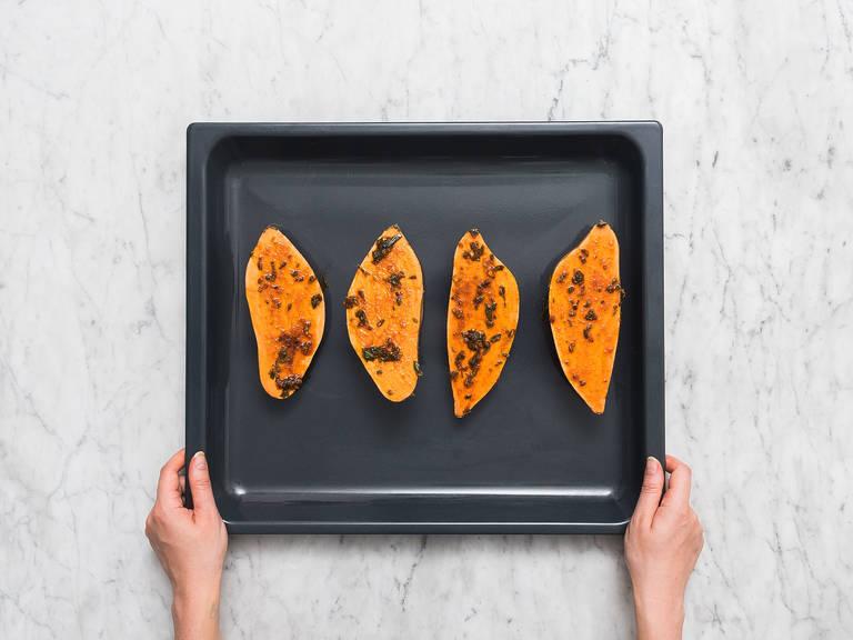 Süßkartoffeln halbieren und mit Marinade bestreichen. Auf ein mit Backpapier ausgelegtes Backblech legen und bei 220°C ca. 15 Min. garen, oder bis die Süßkartoffeln weich sind.