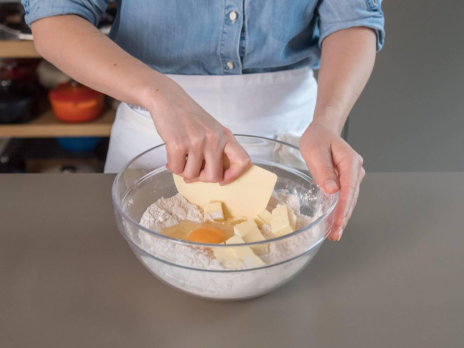 Mehl, Maisstärke, Salz und Xanthan in einer großen Schüssel vermengen. Eier und Butter nach und nach hinein kneten, bis ein elastischer Teig einsteht. Zu einer Kugel formen, mit Frischhaltefolie umwickeln und für ca. 30 Min. in den Kühlschrank stellen.