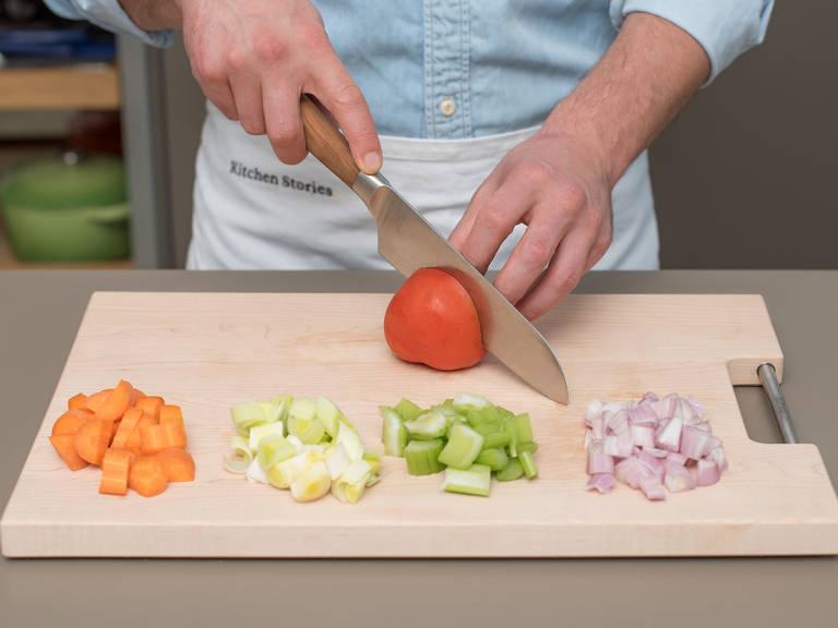 Backofen auf 180°C vorheizen. Lauch und Sellerie putzen und klein schneiden. Karotte und Schalotten schälen und klein schneiden. Tomate vierteln. Beiseitestellen.