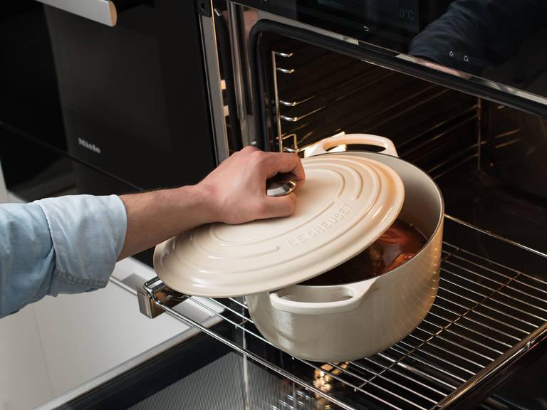Den Braten abgedeckt im Backofen bei 180°C ca. 120 Min. garen. Während des Garprozesses den Braten immer wieder mit Schmorflüssigkeit begießen.