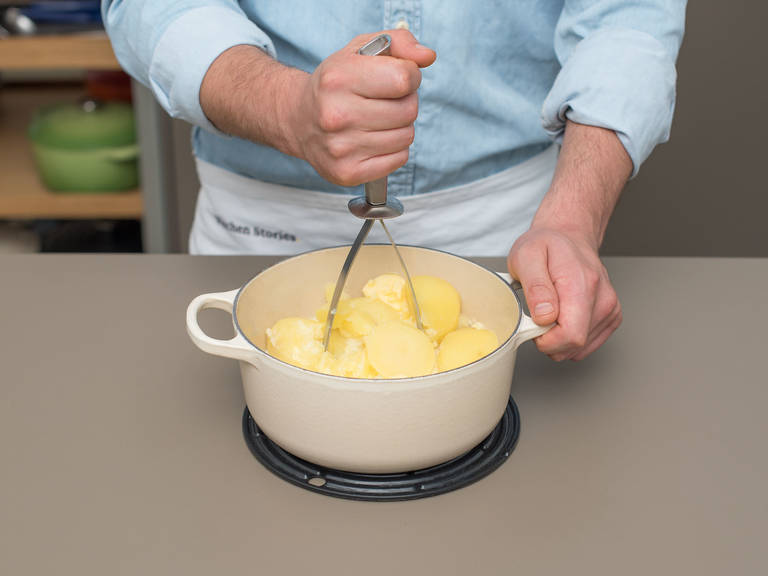 Peel potatoes and roughly dice. Add potatoes to a saucepan and fill up with water until potatoes are covered. Salt water, bring to a boil and cook for approx. 20 min., or until soft. Drain the water from the saucepan and add butter and milk to the potatoes. Mash until smooth and creamy. Season with nutmeg, salt, and pepper. Keep warm until serving.