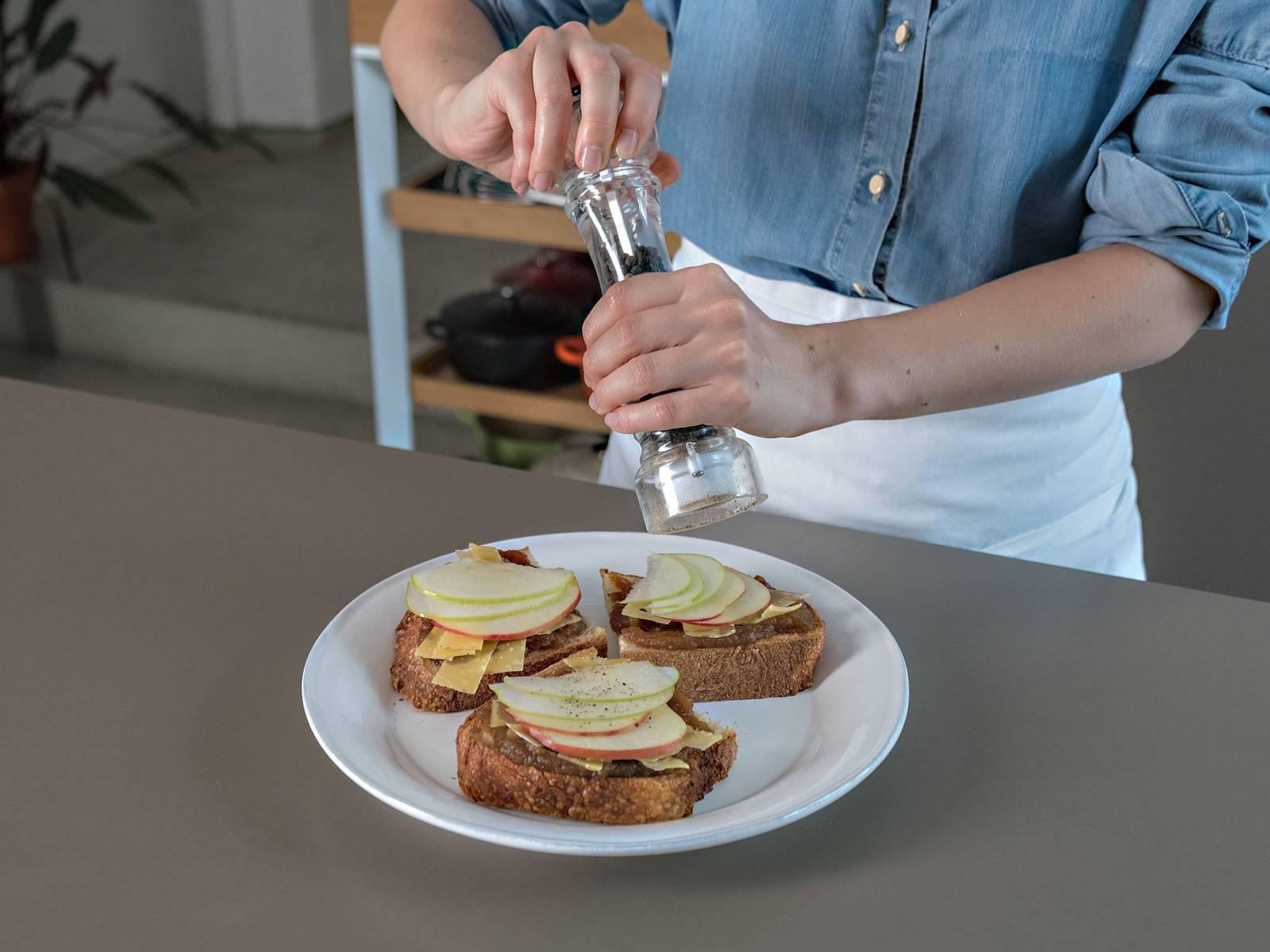 煮好后置于一旁冷却,然后再倒入可密封罐中保存。将苹果黄油和芝士一起涂到面包上,佐新鲜苹果片享用!