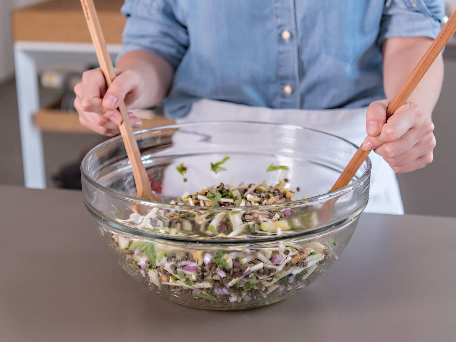 Äpfel, Sellerieknolle, Petersilie, Walnüsse und rote Zwiebel in eine große Schüssel geben und mit dem Dressing vermischen. Mit Salz und Pfeffer abschmecken. Guten Appetit!
