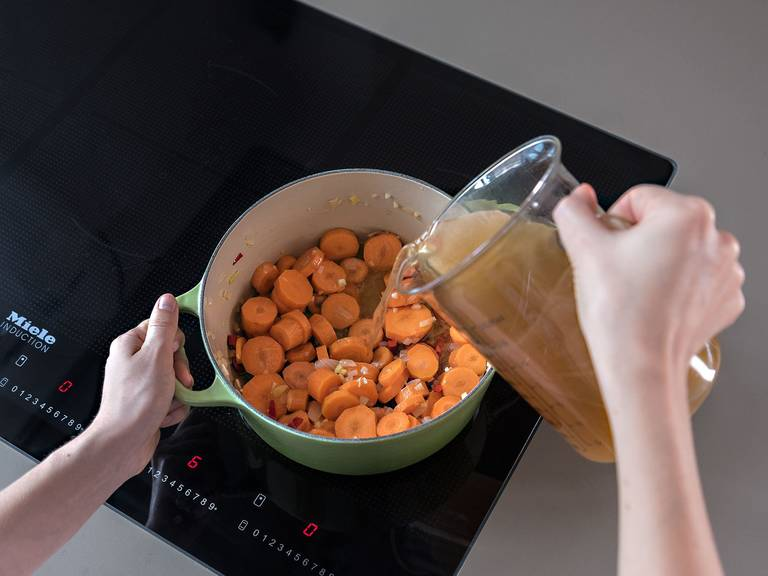 Add the diced carrots to the pan and briefly sauté before adding the vegetable stock and bringing to a boil. Reduce heat and leave to simmer for approx. 20 min., or until the carrots soften slightly.