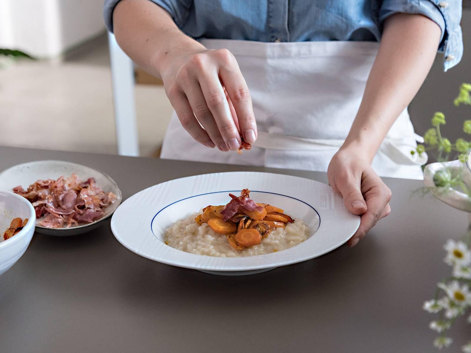 帕玛森干酪擦屑,拌入炖饭中。加入剩余的黄油,撒盐与胡椒调味。放上蜂蜜胡萝卜和培根,一同享用。祝好胃口!