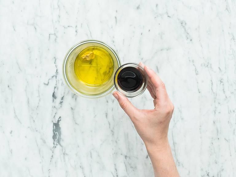 制作调味汁:在密封罐中混合白葡萄酒醋、巴萨米克香醋、芥末和橄榄油。撒盐与胡椒调味。