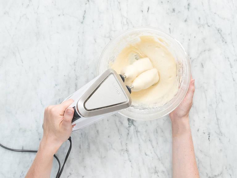 Mehl, Backpulver und Natron in einer Schüssel vermengen und beiseitestellen. Eier, Zucker, Vanillezucker, Salz und Buttermilch eine zweite Schüssel geben. Mit einem Handrührgerät aufschlagen, bis alle Zutaten vermengt sind. Die Mehlmischung und das Rapsöl dazugeben und zu einem glatten Teig vermengen.