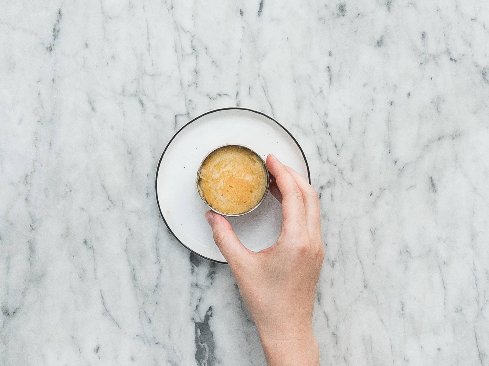 Den Pfannkuchen vorsichtig aus dem Dessertring lösen und mit Ahornsirup und frischen Beeren servieren. Guten Appetit!