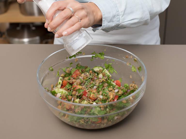 Pfanne vom Herd nehmen und Kreuzkümmel und die Hälfte des Zitronensafts dazugeben. Alles gut mit dem Knoblauch vermengen. Warme Linsen zum Gemüse und den Kräutern in die Schüssel geben. Die Knoblauchmischung dazugeben. Mit Salz und Pfeffer abschmecken und den Salat leicht vermengen.