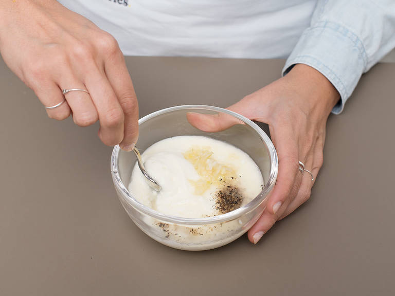 Griechischen Joghurt mit restlichem gehackten Knoblauch und Zitronensaft in einer kleinen Schüssel vermengen. Mit Salz und Pfeffer abschmecken. Den lauwarmen Linsensalat mit Joghurtdressing an der Seite anrichten. Mit warmem Pitabrot servieren. Guten Appetit!