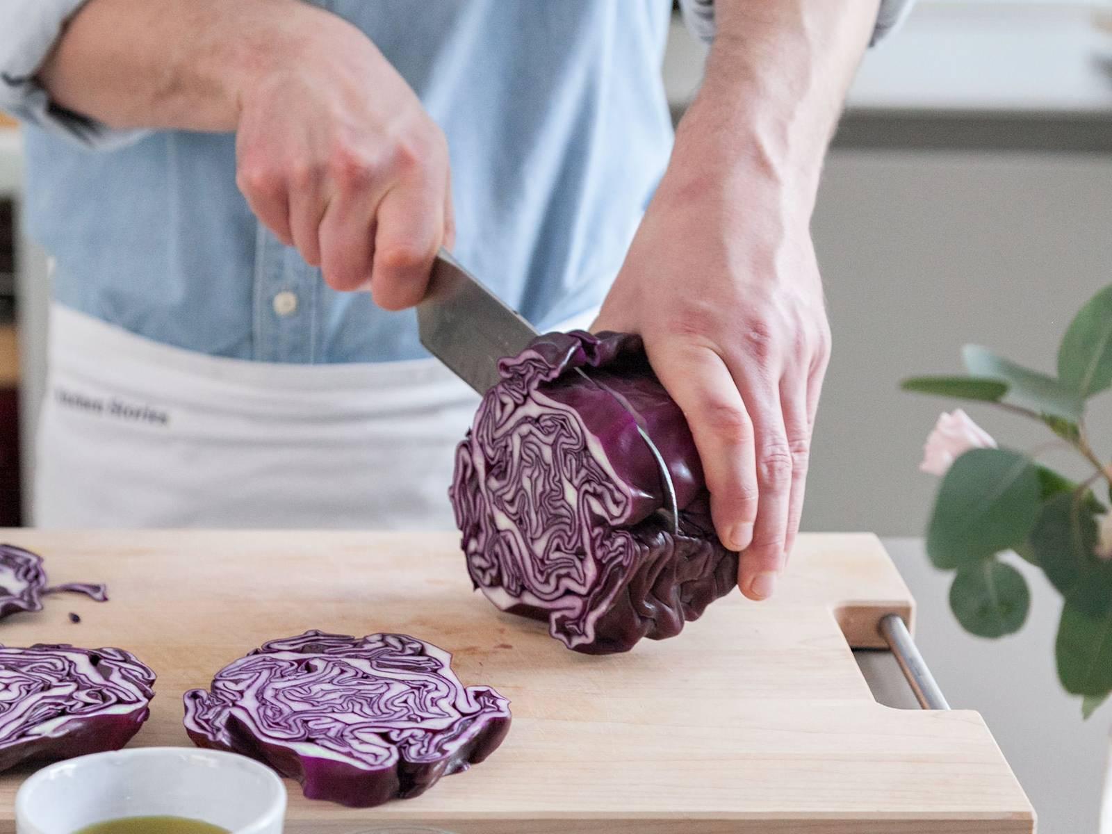 将烤箱预热至160℃。将红叶卷心菜切成拇指般厚的片状。