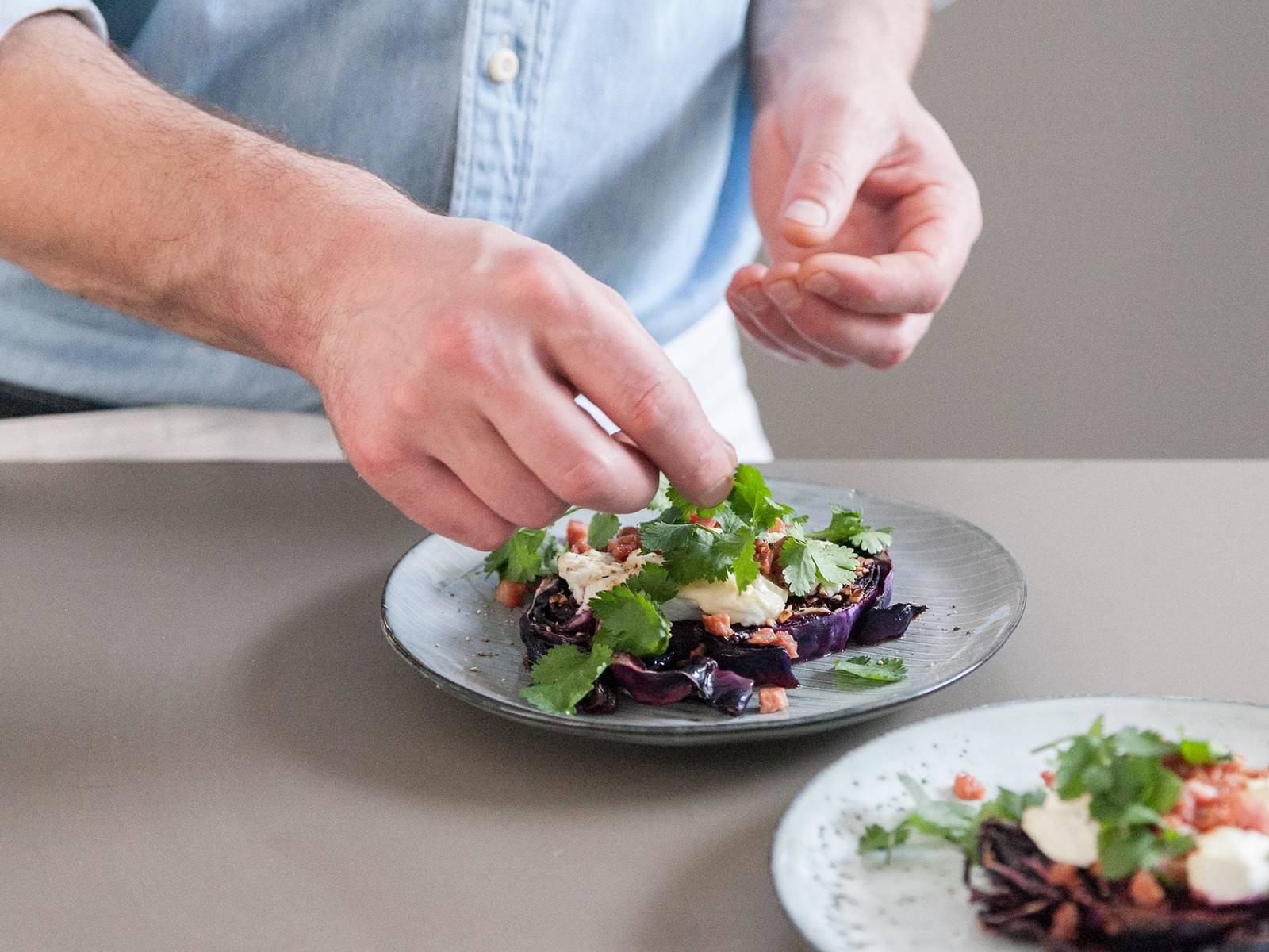 与此同时,中高火将培根丁煎脆。大略剁碎香菜。将培根丁和香菜撒在烤红叶卷心菜上享用,祝好胃口!