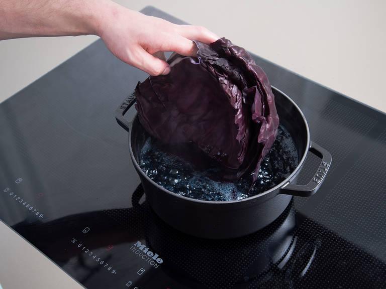 Backofen auf 170°C vorheizen. Die äußeren Blätter vom Rotkohl entfernen und den Strunk abschneiden. Vorsichtig innere Blätter vom Rotkohl lösen. Die Blätter in gesalzenem, kochenden Wasser blanchieren und anschließend im Eisbad kühlen. Beiseitelegen.