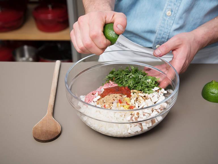 Hackfleisch, gekochten Reis, gehackten Knoblauch, Ingwer, Schalotten, Koriander, Chili und Champignons in eine Schüssel geben und vermengen. Mit Sojasauce, Sesamöl, Zucker, Sriracha-Sauce und Limettensaft würzen. Mit Salz und Pfeffer abschmecken.