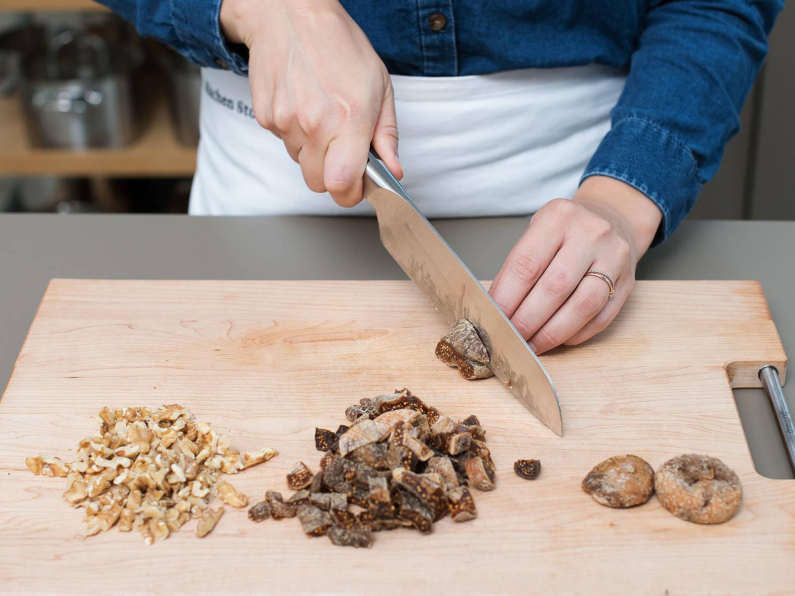 Feigen in kleine Stücke schneiden und Walnüsse grob hacken.