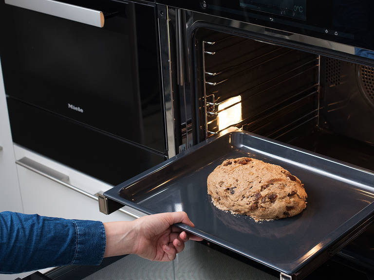 Backofen auf 180°C vorheizen. Das Brot auf mittlerer Schiene ca. 45 Min. goldbraun backen. Guten Appetit!