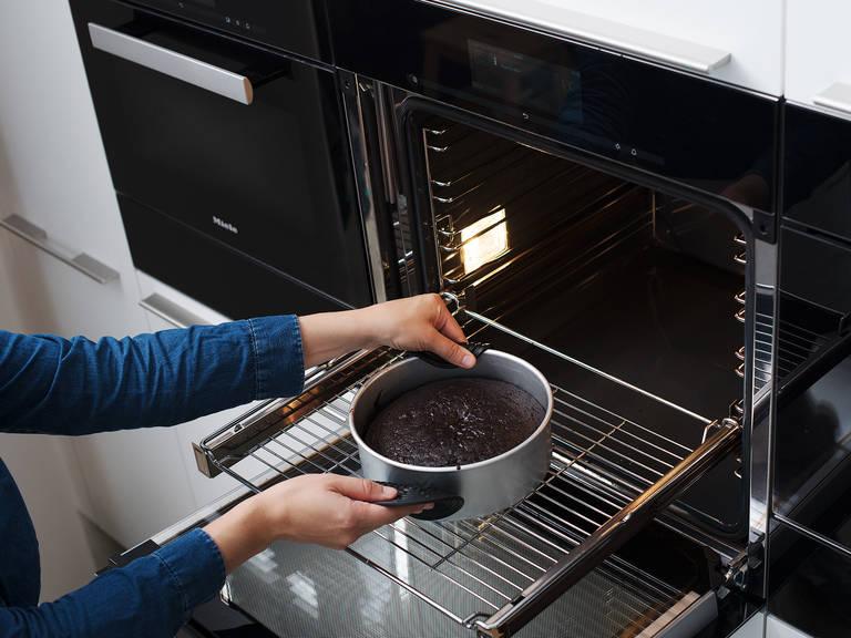 放到烤箱中层,烤35-45分钟。最后10分钟时,要用铝箔盖上。到时间后,用牙签插入蛋糕中再取出,若稍微粘上些许湿润面块,则说明蛋糕已烤好。