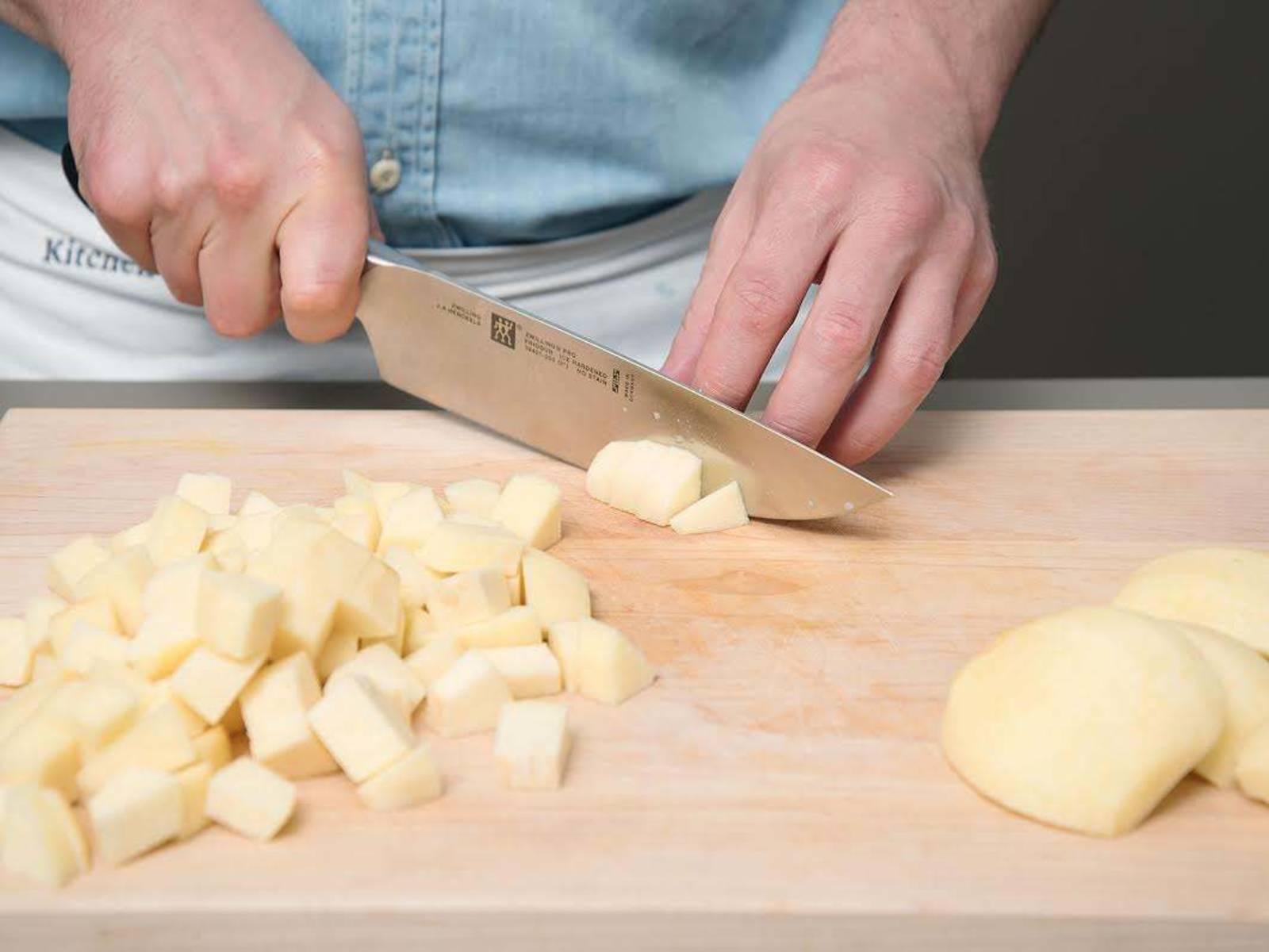 Den Stiel der Quitten abschneiden. Quitten anschießend schälen, vierteln, entkernen und das Fruchtfleisch in Stücke schneiden.