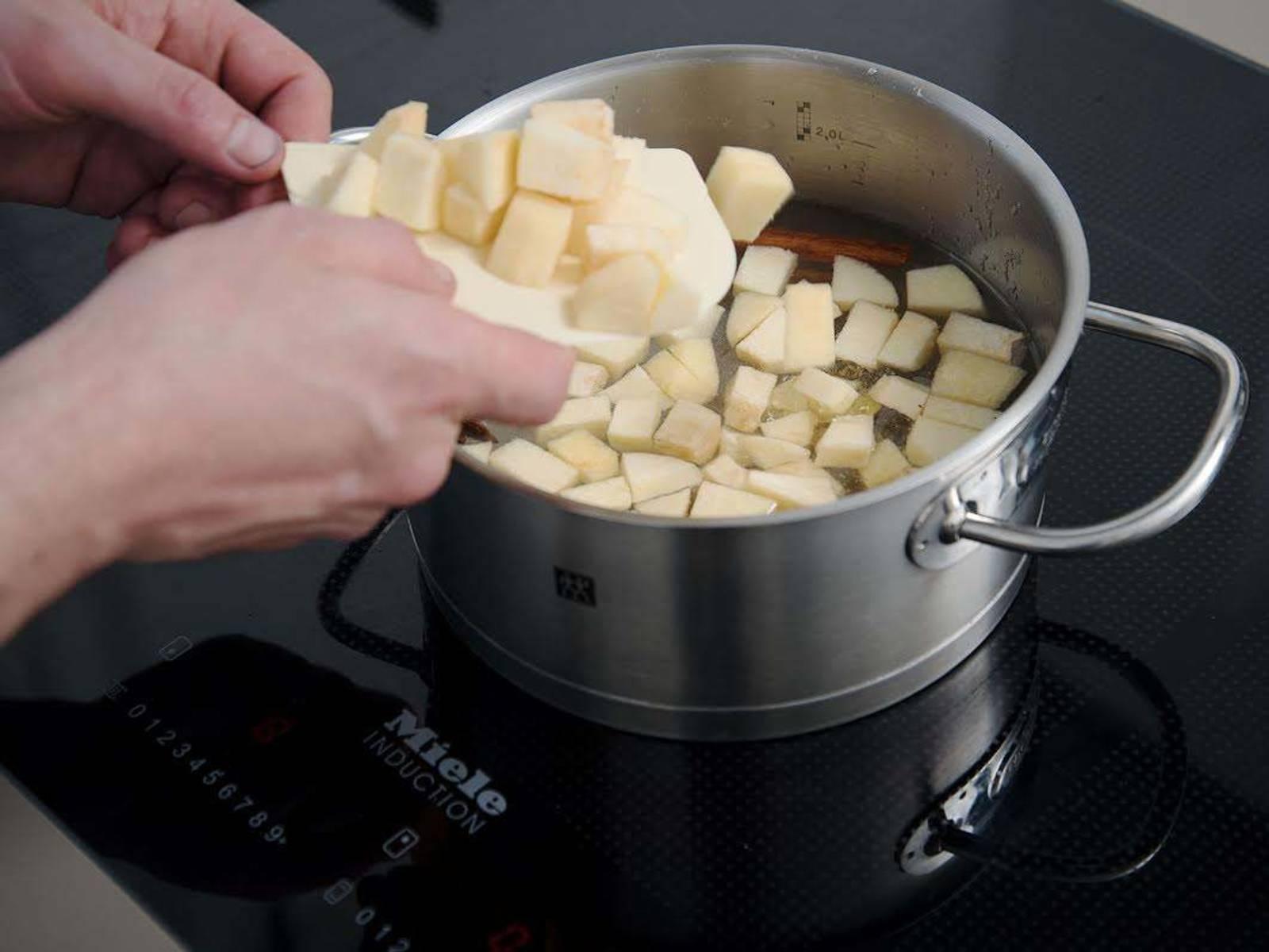 Wasser, Zucker, Vanilleschote, Zimtstangen, Sternanis und Quittenstückchen in einen großen Topf geben. Zum Kochen bringen, danach die Hitze reduzieren und abgedeckt ca. 10 Min. köcheln lassen. Vom Herd nehmen. Die Quitten aus dem Sirup schöpfen und auf einem Teller ca. 1 Stunde auskühlen lassen.