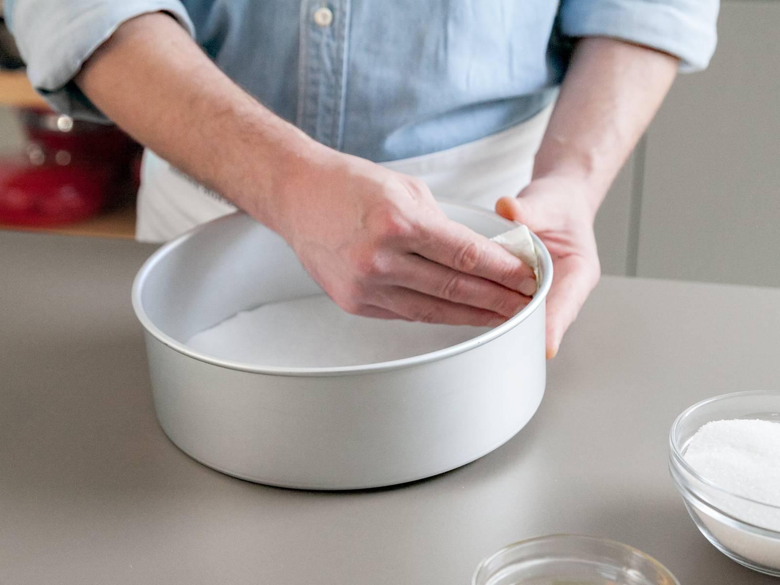 将烤箱预热至200℃。润滑烤盘,铺上烘焙纸。