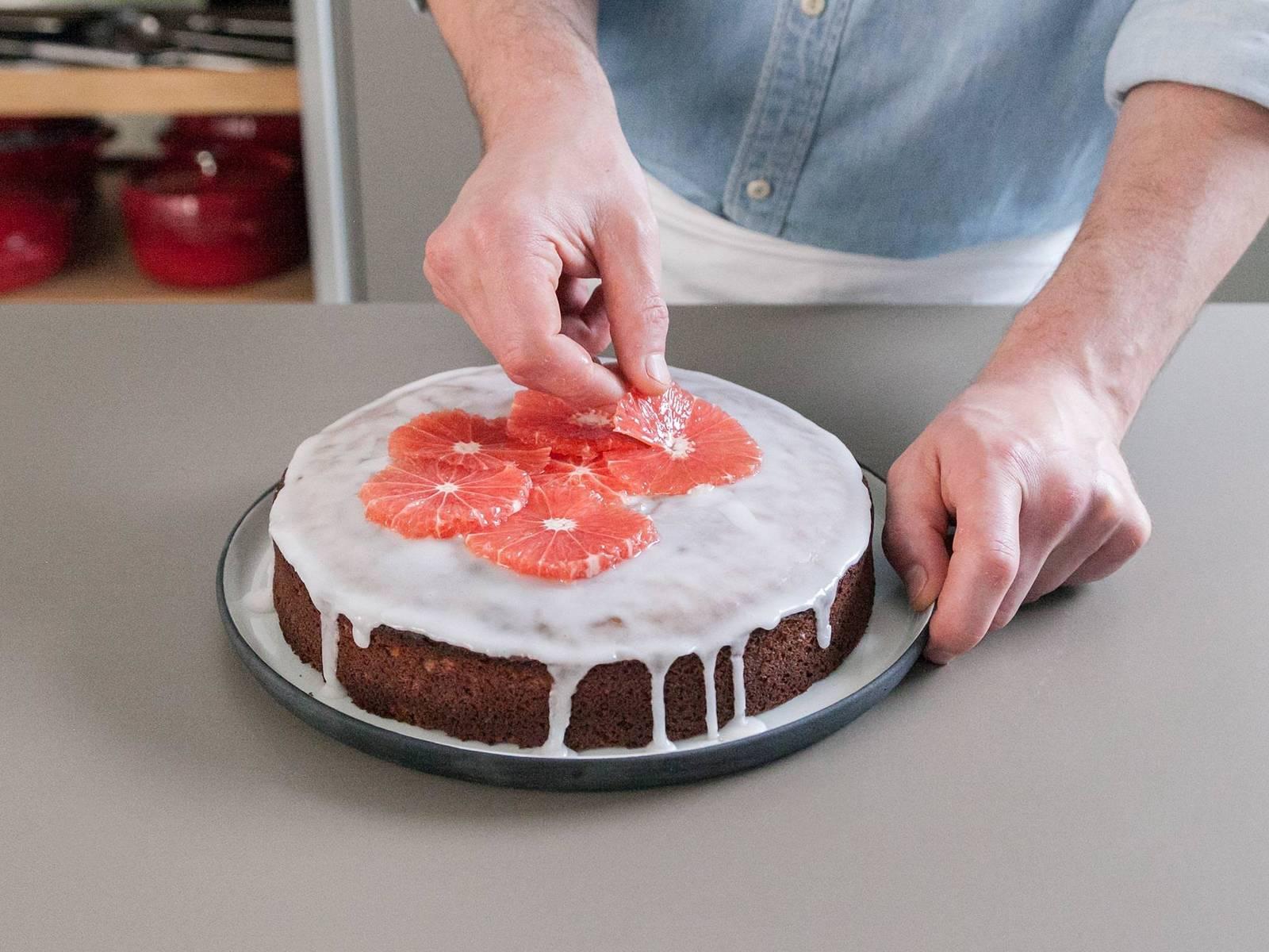 将剩余的西柚切半,然后切片。其中一半榨汁,用果汁混合糖粉,淋到蛋糕上,饰以西柚片。尽情享用吧!