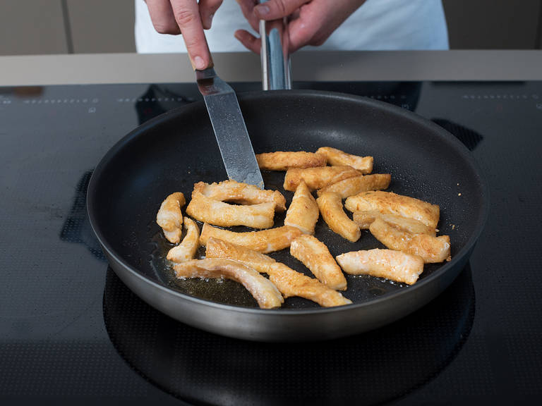 将鱼片切成5厘米厚的块状。将面粉、卡宴辣椒粉、生姜粉和香菜粉放到一个小碗中,搅拌混合。一片一片地放入鱼,翻面裹匀。在煎锅中,中火热油,炸裹好的鱼排2-3分钟,直至炸脆。从锅中捞出,放到铺好厨房纸的盘子上吸干多余油分。