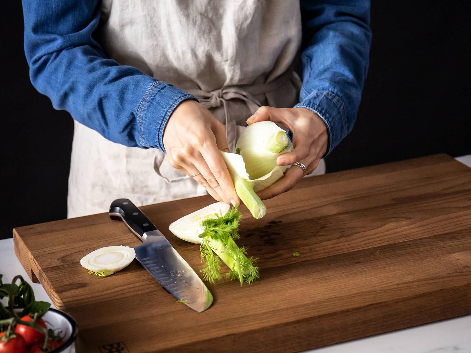 小茴香切半,剥去最外层的叶子,切细。在一口平底锅中,中高火热一些橄榄油,煸炒小茴香。撒盐和胡椒调味,炒约7分钟,或直至变软。