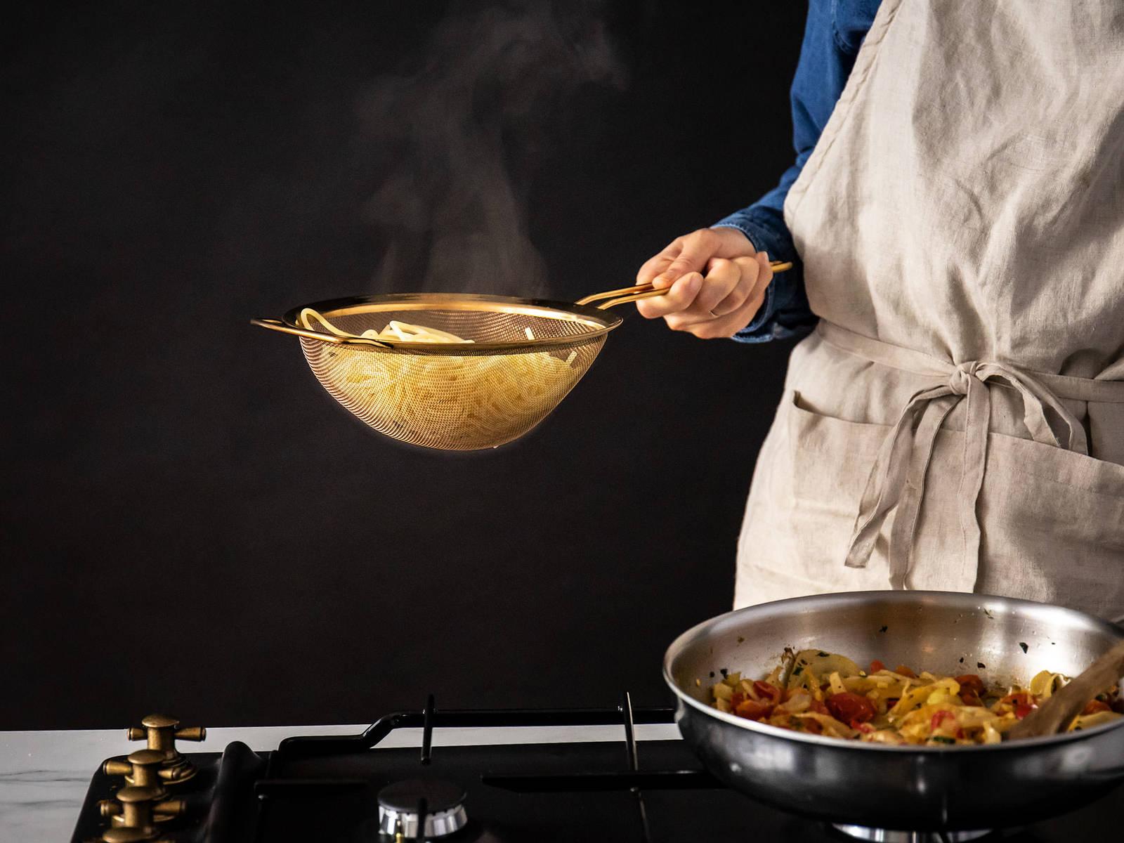 将一锅水煮沸。撒大量的盐,煮长意面直至有弹牙嚼劲。沥干意面,留用一些煮意面的水,再将意面放入炒茴香的平底锅中。充分混合,倒入一些煮意面的水,制作清爽酱汁。饰以留用的薄荷。尽情享用吧!