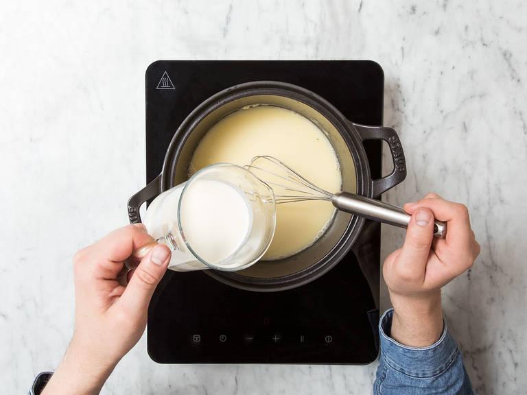 开中低火热锅,放入三分之二黄油,加热融化。拌入面粉,然后倒入白葡萄酒、蔬菜高汤和浓奶油,搅拌混合。撒盐、胡椒、肉豆蔻和糖调味。中火加热5分钟,并保持搅拌。