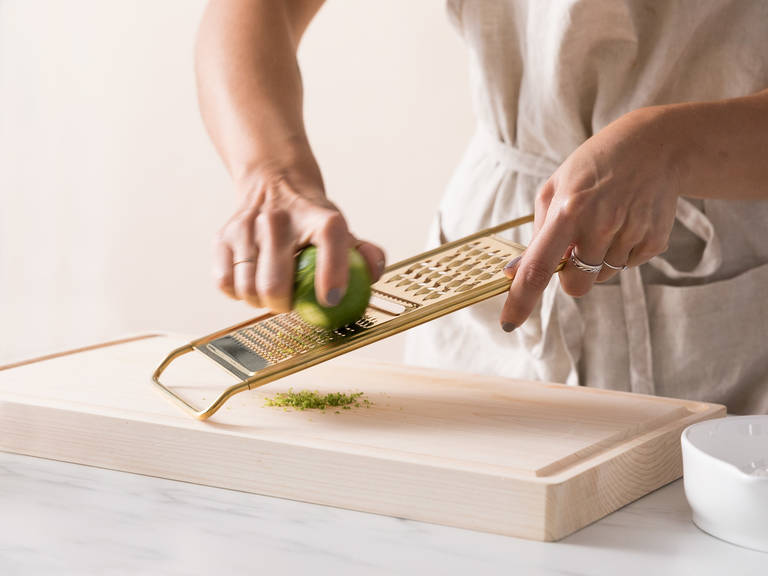 将烤盘放到冷冻柜里。将青柠擦出皮碎并榨汁。保存一些皮碎稍后待用。将甜瓜切成块,削皮,可按个人喜好选择是否将皮丢弃。将糖放入等份的水里,将水在小炖锅内用中火加热,然后当水蒸发,煮成简易糖浆后,置于一旁待其冷却。