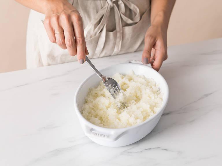 将意大利沙冰分成等份然后撒上剩余的青柠皮碎。尽情享用吧!