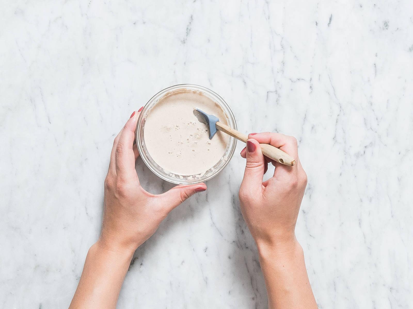 在一个小碗中,混合酵母、温水和些许糖,稍微搅拌。静置5分钟,直至水面出现泡沫。在另一个小搅拌碗中,搅拌混合些许鸡蛋和油。