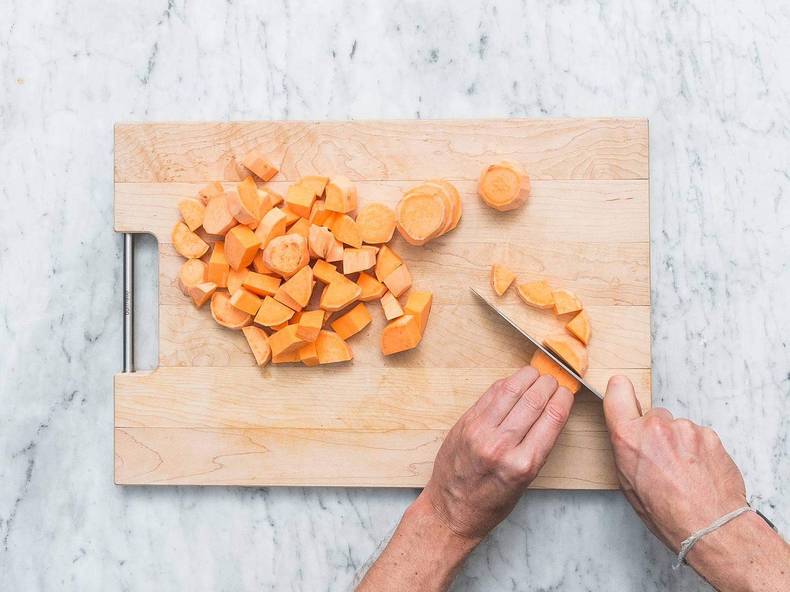 将烤箱预热至210℃。将红薯切成1英寸的薄片,洋葱去皮后切成楔形。蒜削皮后剁碎。将椰油放入小锅中,小火加热。