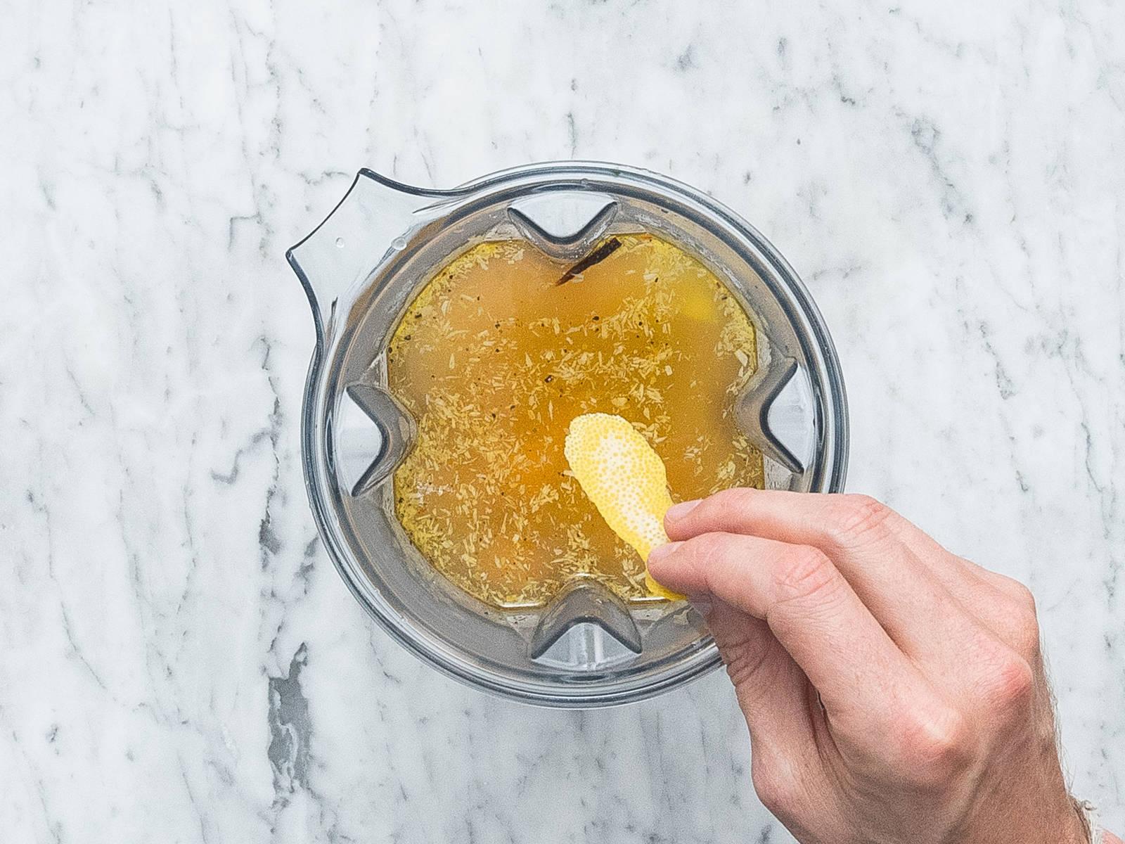 生姜削皮剁碎。将红薯混合物放入搅拌机。加入生姜、柠檬皮碎、热蔬菜高汤和橙汁。高速搅打40秒,或直至混合物质地顺滑。用盐与胡椒调味。