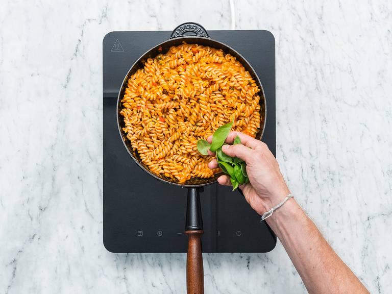 Pasta in einen Topf mit gesalzenem, kochendem Wasser geben und nach Packungsanleitung al dente kochen. Anschließend abgießen. Die Tomatensoße und gekochte Pasta in eine große Pfanne geben und vermengen. Mit Salz und Pfeffer abschmecken und mit frischem Basilikum servieren. Guten Appetit!