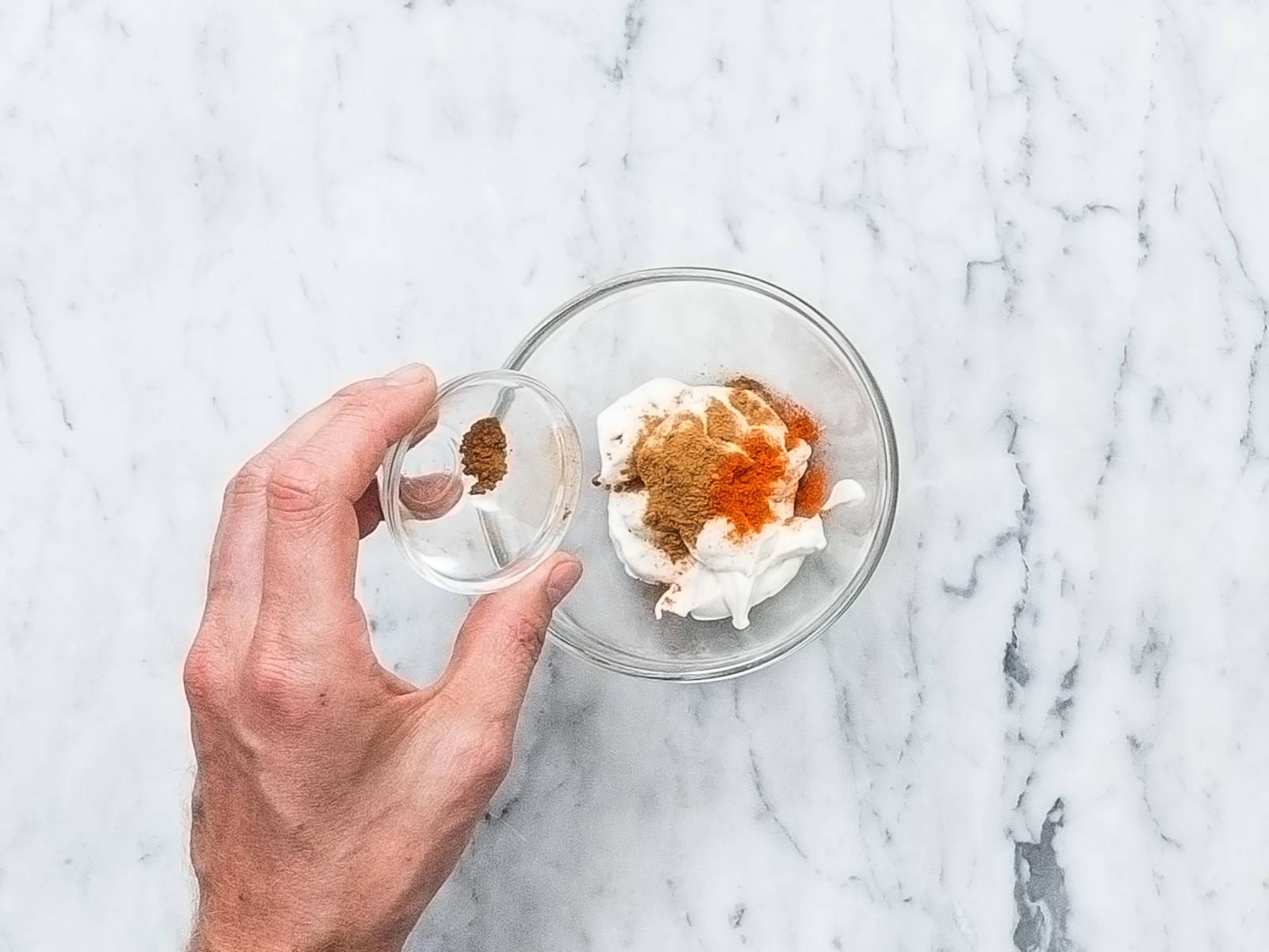 Vegane Mayonnaise, Zimt und Chilipulver in eine kleine Schüssel geben und verrühren. Bis zum Servieren kühl stellen.
